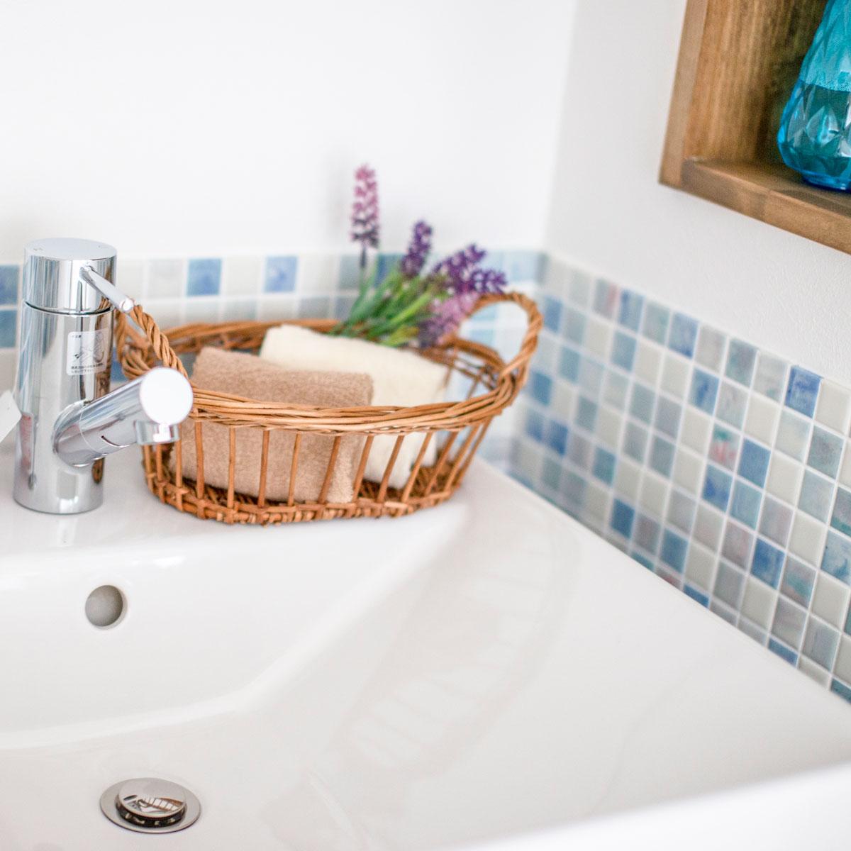 ブルーのモザイクタイルがおしゃれな洗面台