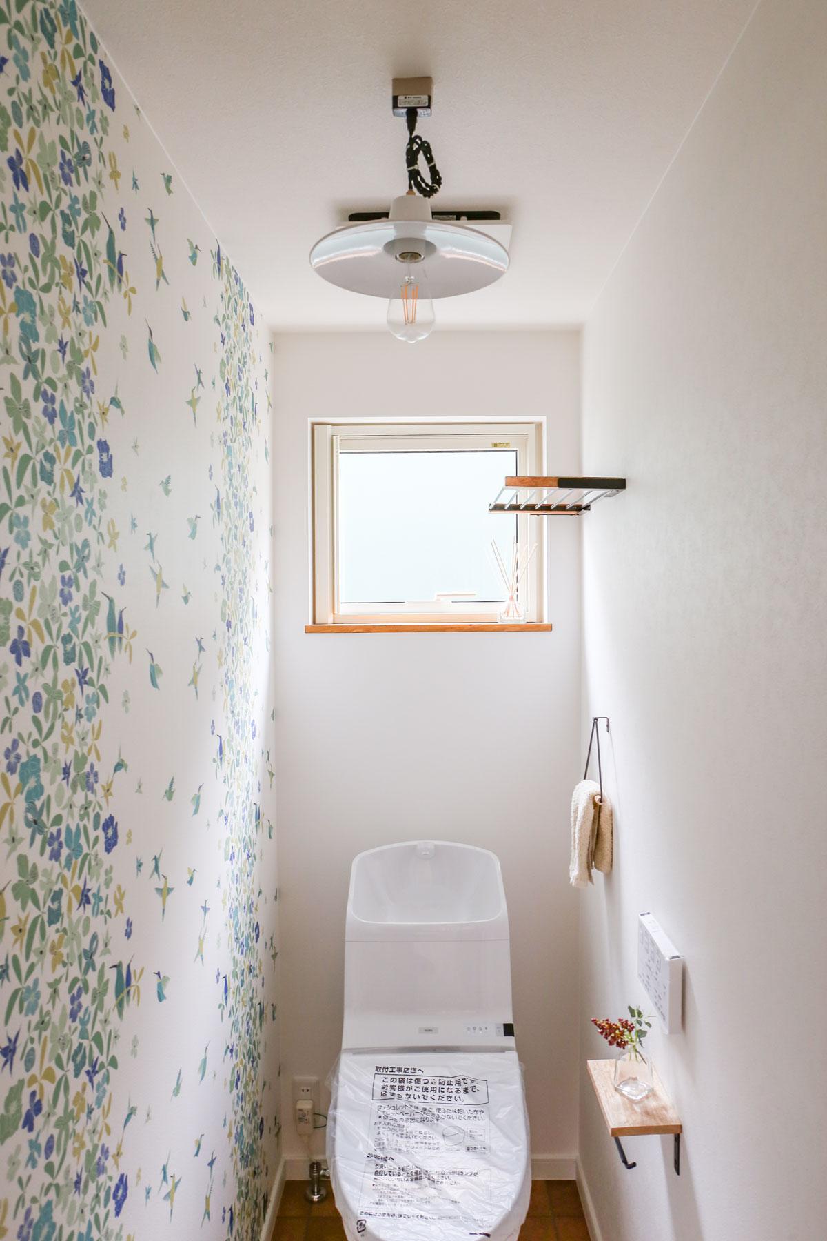 ボタニカルデザインのかわいい壁紙のトイレ