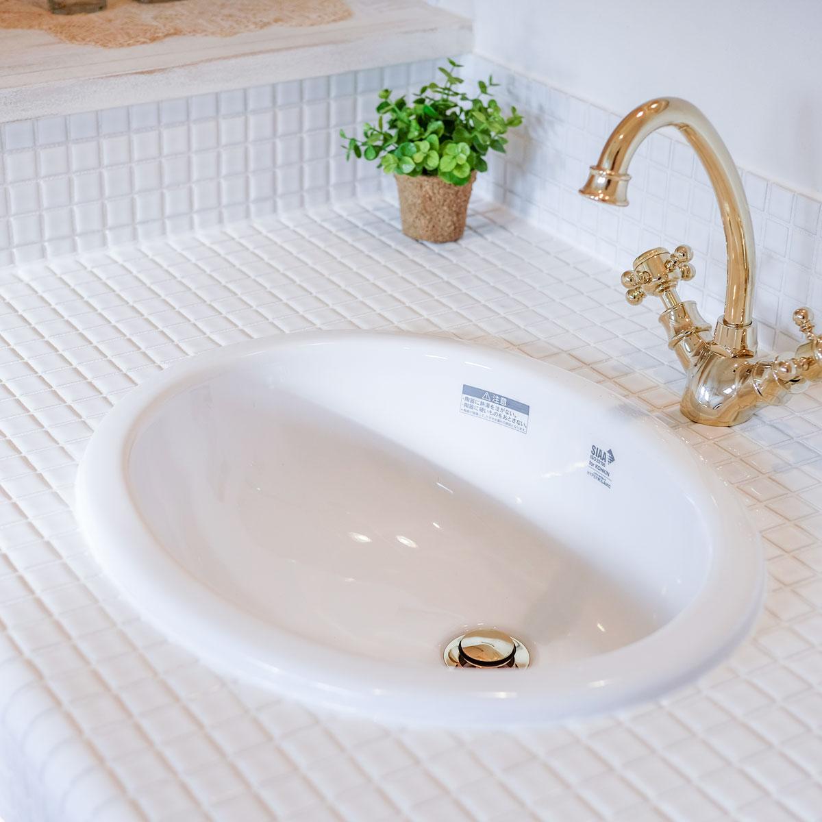 真っ白なタイルで清潔感のあるフレンチスタイルの洗面台