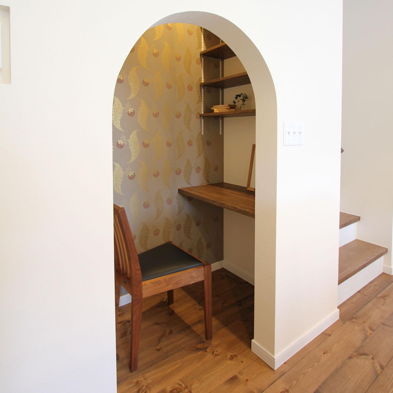 アールの壁で書斎のようなプチワークスペース