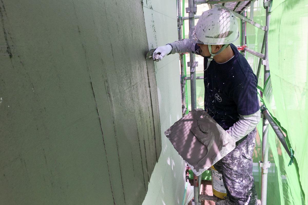 丁寧に仕上げられる塗り壁の下地作り