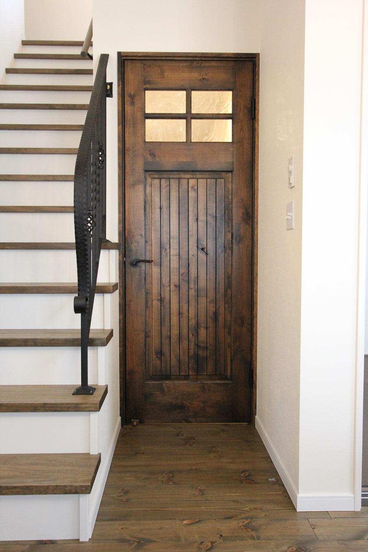 木目が美しいリビングドア