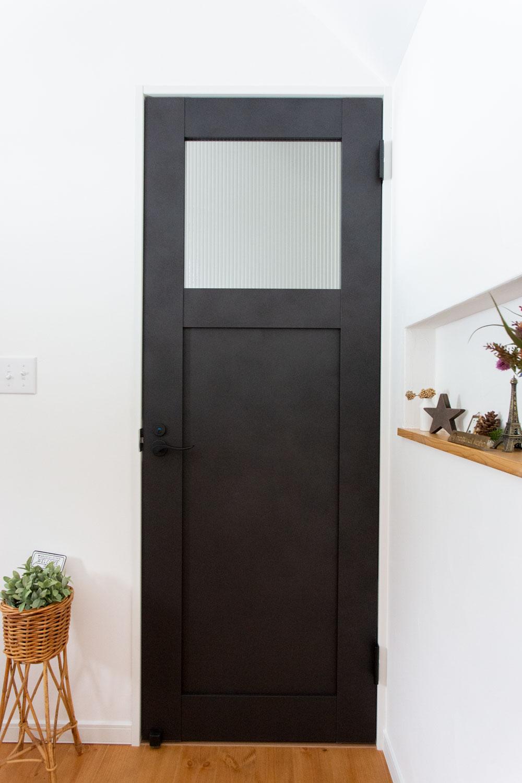 マットな質感の大人ブラックな室内ドア