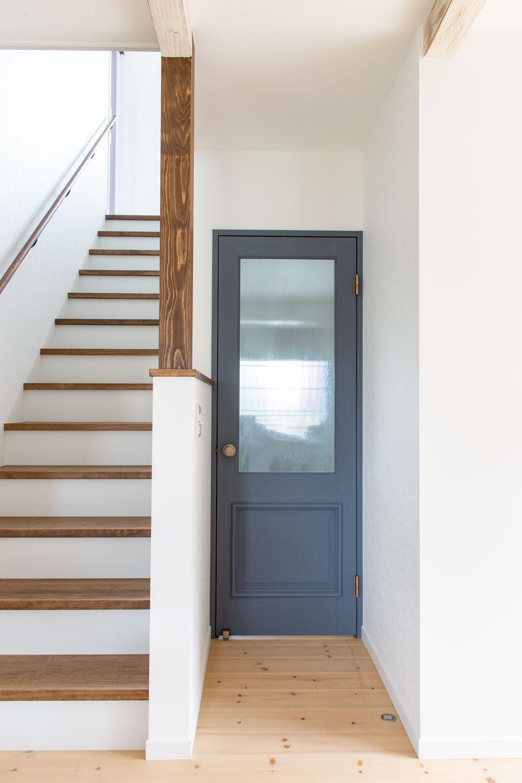 ブルーのマットな質感のママンオリジナルドア