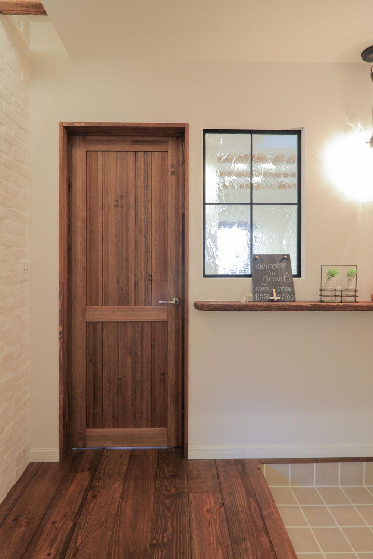 木目が美しい重厚なリビングドア