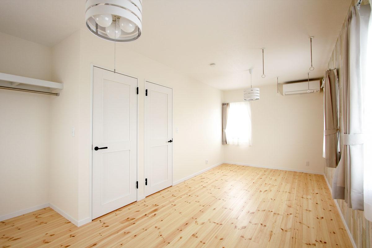 真っ白で清潔感のある子供部屋のドア