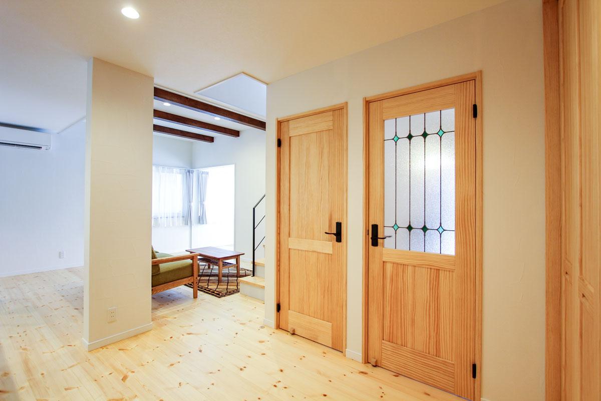 デザインガラスがかわいいカントリーテイスト溢れるドア