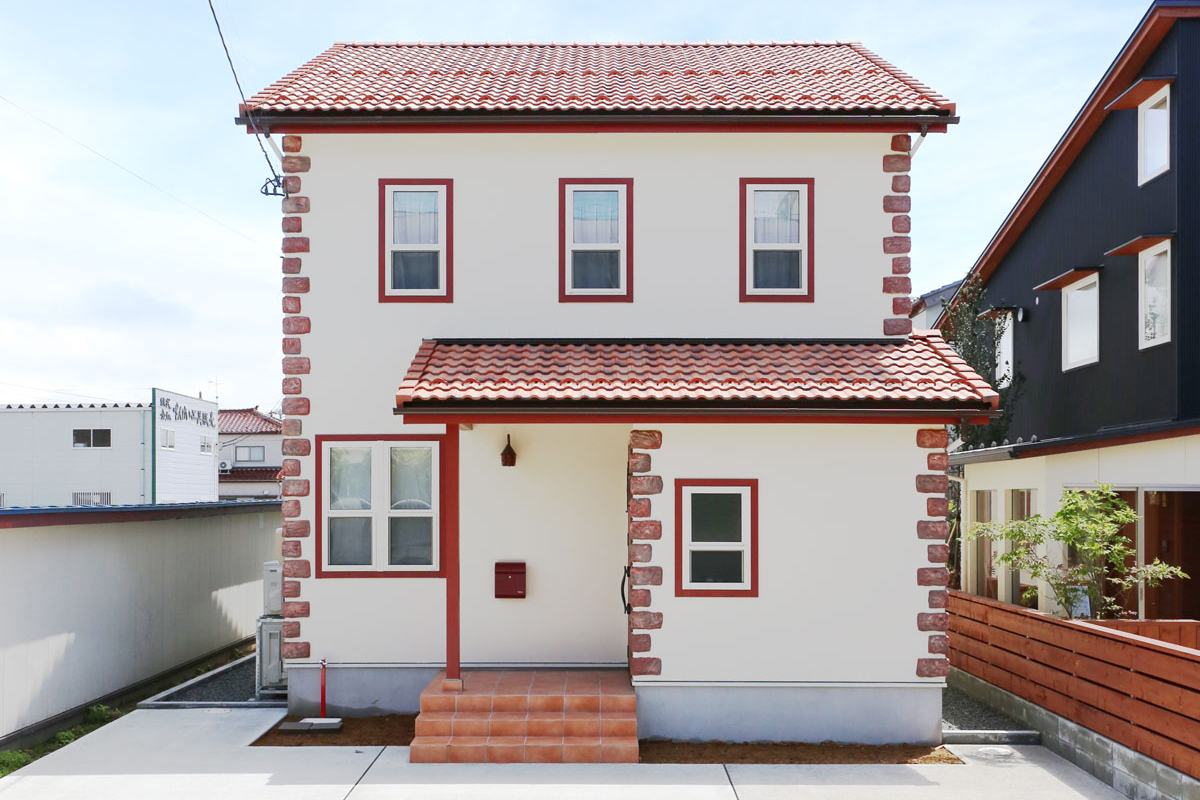 赤をアクセントにしたかわいいママンの家