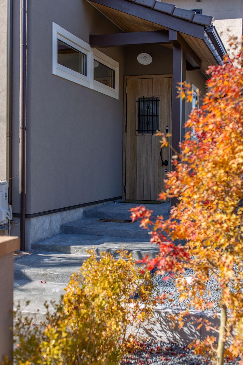 秋に染まる玄関の植栽