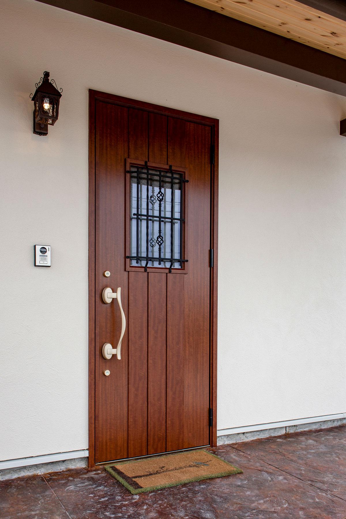 シルバーの取ってのパーツがおしゃれな玄関ドア