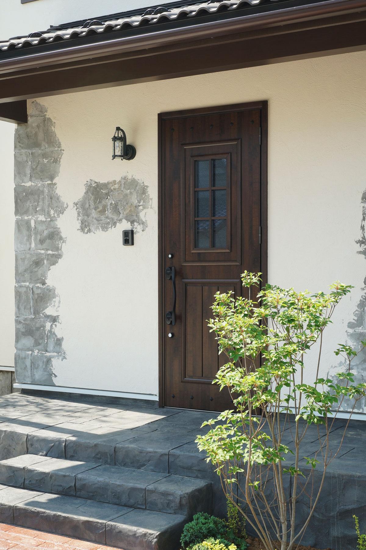 シャビーな雰囲気に合う玄関ドア