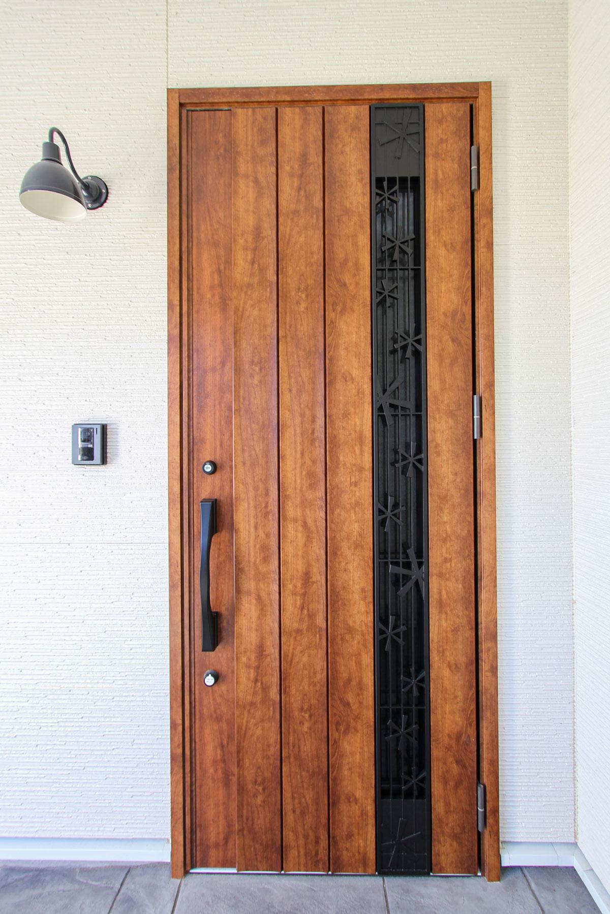 ナチュラルテイストの玄関ドア