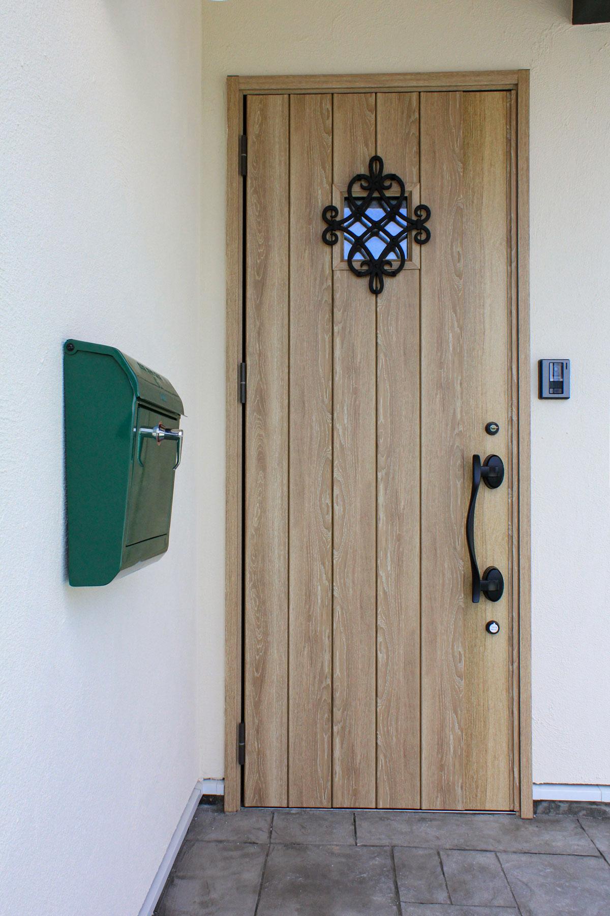 ナチュラルカラーの玄関ドア