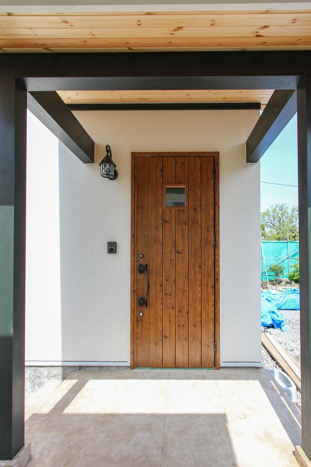 ナチュラルな雰囲気の玄関ドア