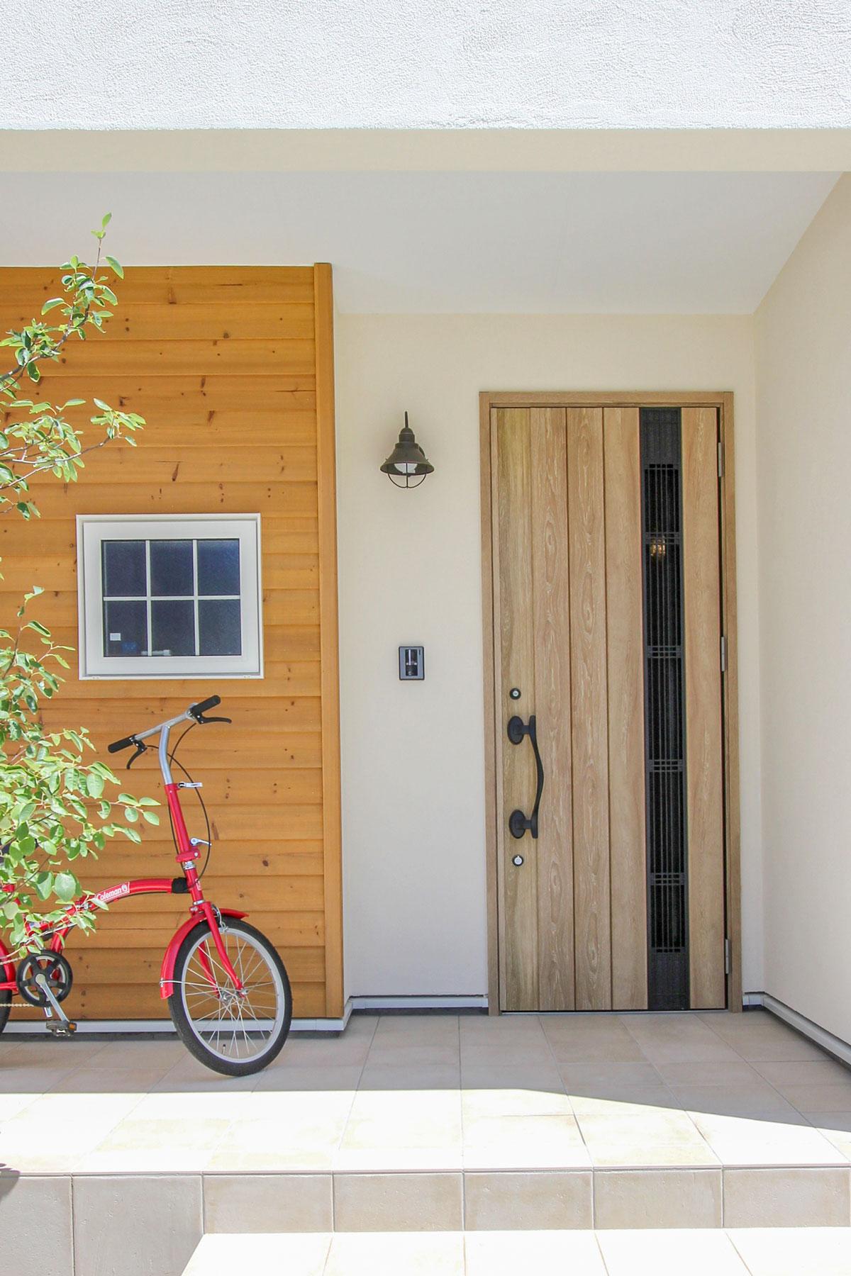 板張りとの相性も良い玄関ドア