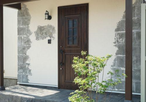 ナチュラルテイストに合う玄関ドア