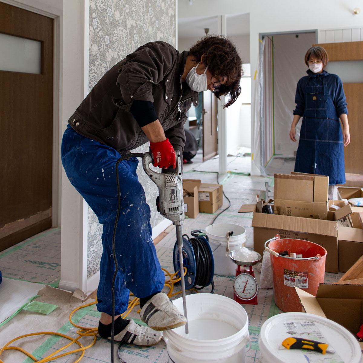 塗り壁材を丁寧に攪拌