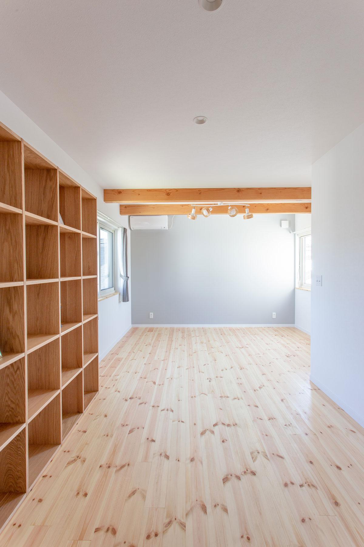 造作棚を設けた無垢の床の寝室