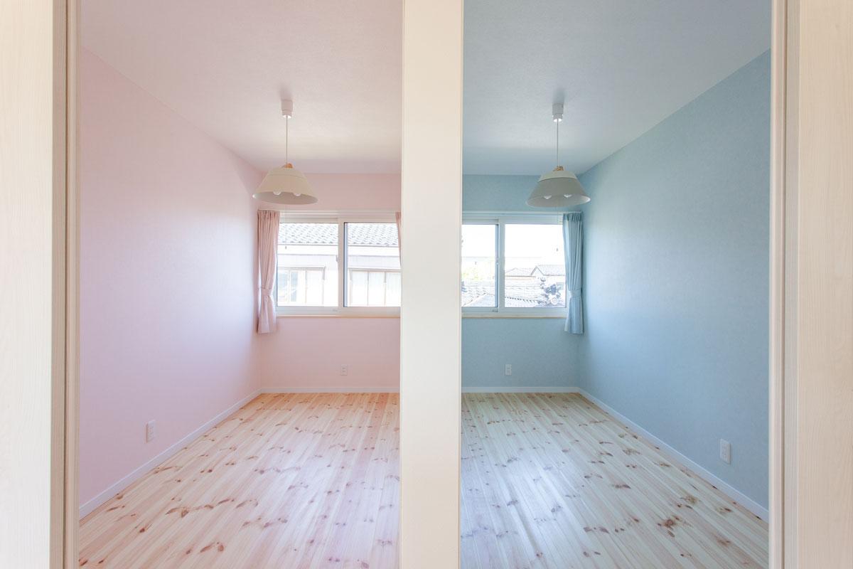 ピンクとブルーを取り入れた子供部屋