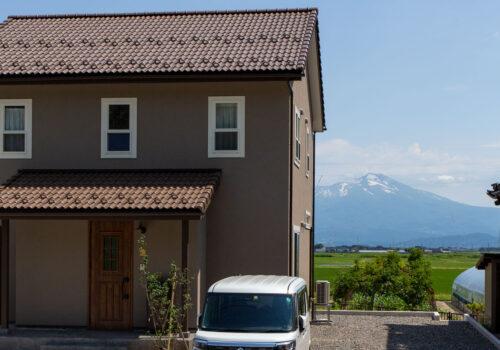 美しい山の景色を眺めるママンの家