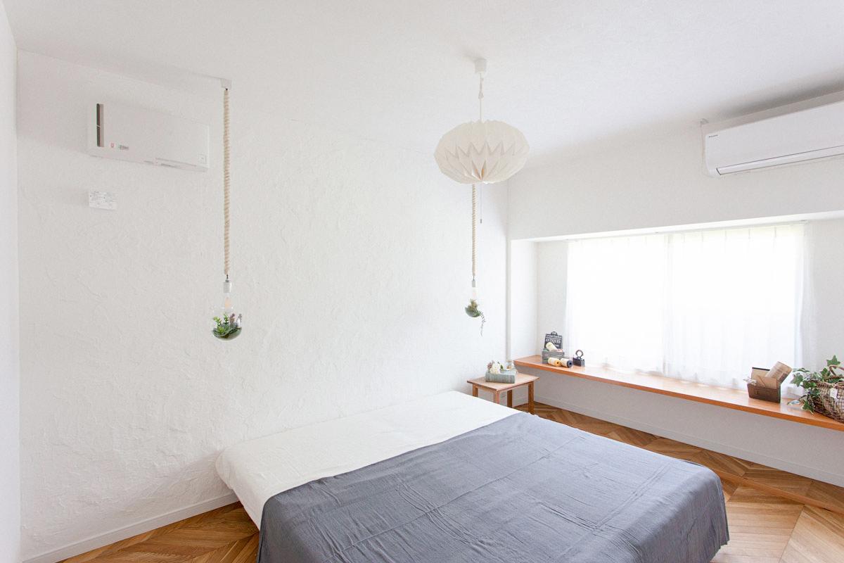 塗壁がおしゃれなベッドルーム
