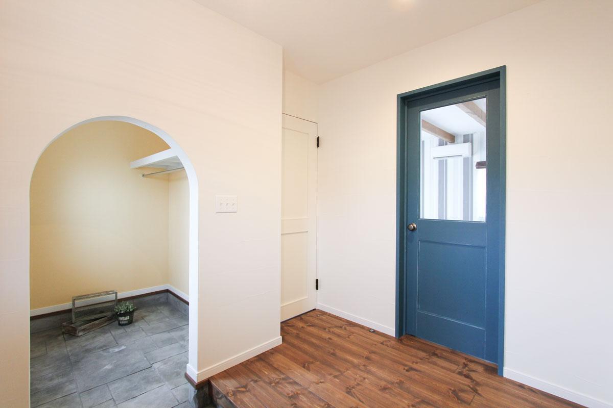 ブルーのおしゃれなリビングドア