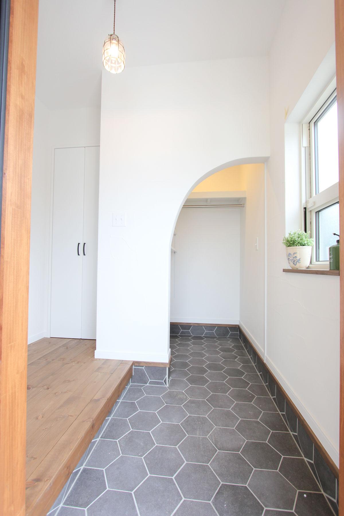 アウトドア用品も収納できるかわいいスペース
